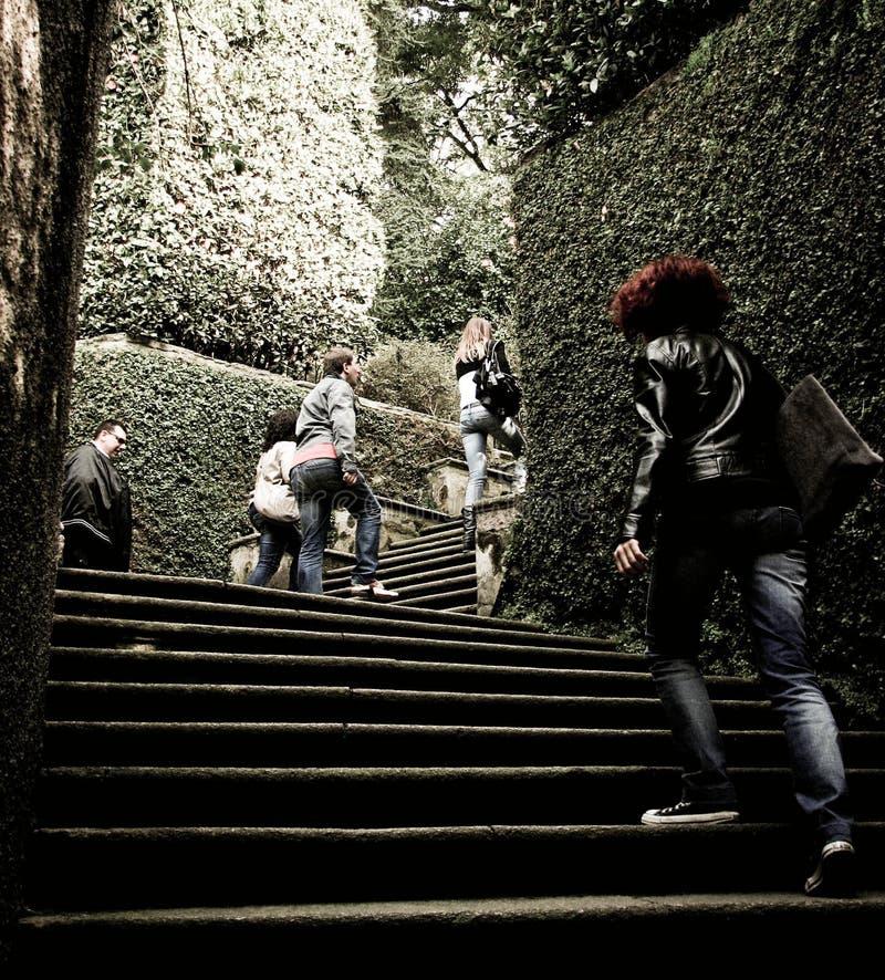 Folk som upp klättrar trappan royaltyfri foto