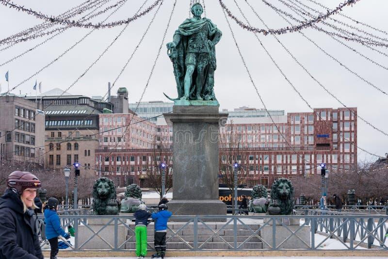 Download Folk Som Utomhus åker Skridskor På En Offentlig Skridskoåkningisbana I Staden Redaktionell Foto - Bild av historiskt, stockholm: 109649970