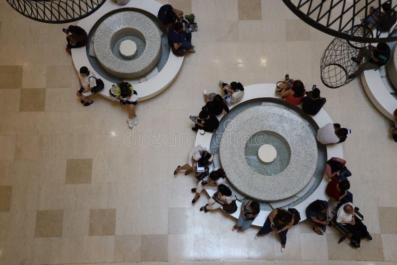 Folk som väntar på den centrala fyrkantiga gallerian, Taguig stad, Filippinerna, Juli 6, 2019 royaltyfria bilder