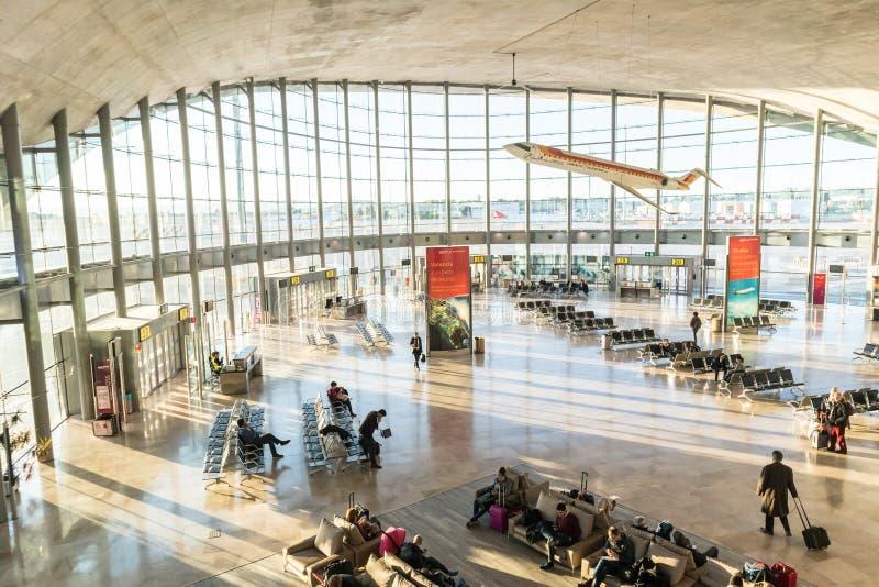 Folk som väntar på deras flyg på avvikelseterminalen av Valencia Airport i Manises, också som är bekant som den Manises flygplats royaltyfria foton