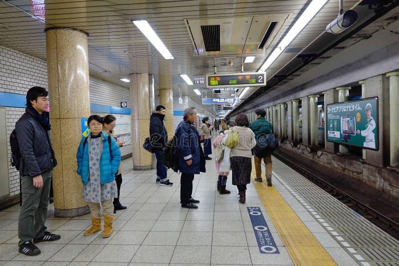 Folk som väntar på drevet på gångtunnelstationen i Kyoto royaltyfria bilder