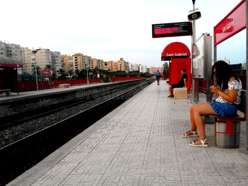 Folk som väntar på drevet på stoppzonen av St Gabriel i Alicante arkivbilder