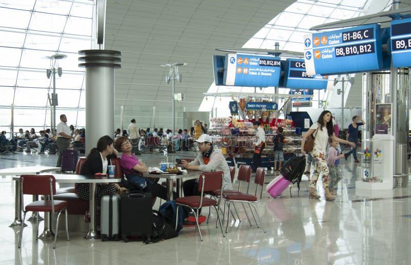 Folk som väntar på flyget i flygplatsterminalen royaltyfri fotografi