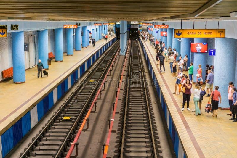 Folk som väntar på gångtunnelen arkivfoto