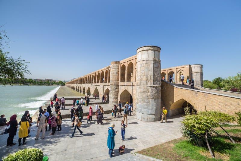 Folk som vilar i den forntida Khaju bron, (Pol-e Khaju), i Isfahan, Iran arkivfoton