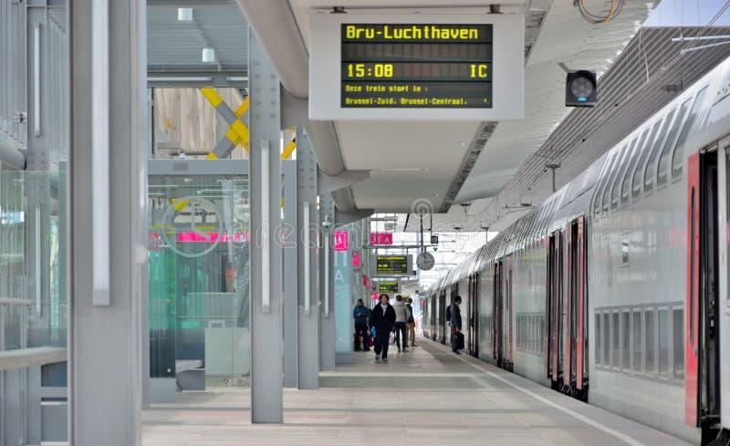 Folk som wainting för deras drev på stationen i Ghent, Belgien royaltyfri bild