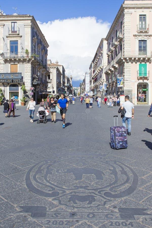 Folk som waling på den Etna gatan arkivfoto