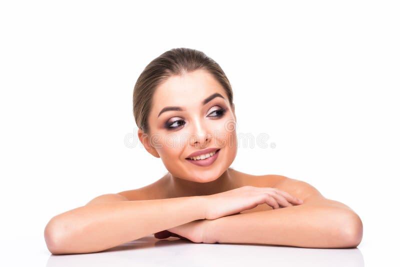 Folk stående för skönhetkvinnaframsida Härlig brunnsortmodellflicka med perfekt ny ren hud Kvinnlig seende kamera för brunett och arkivbilder