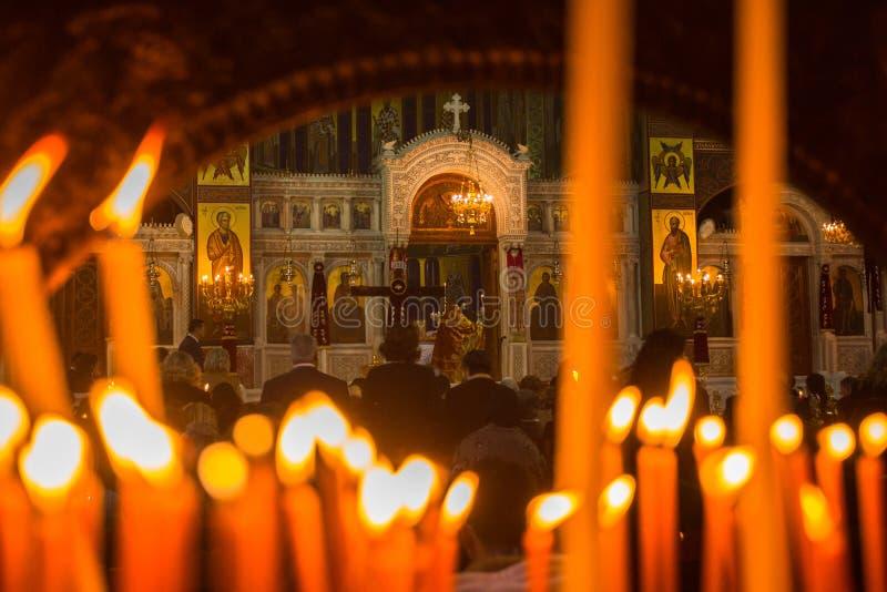 Folk under beröm av den ortodoxa påsken (det midnatta kontoret av Pascha) arkivfoton