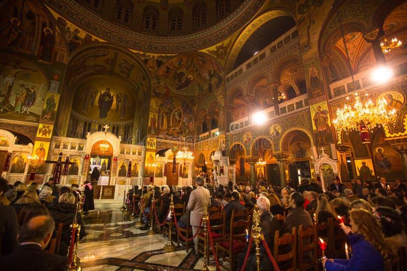 folk under beröm av den ortodoxa påsken (det midnatta kontoret av Pascha) heliga lördag royaltyfria bilder