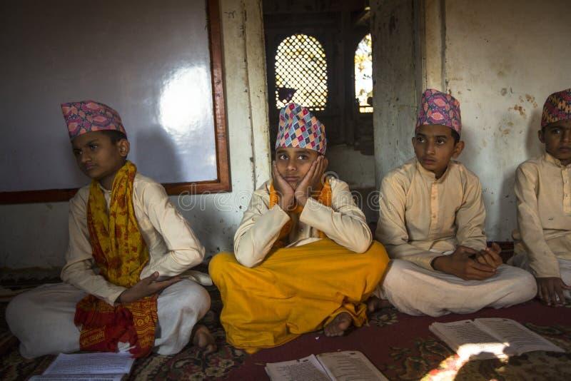 folk under läsningen av texter i sanskritiskt på den Jagadguru skolan arkivfoton