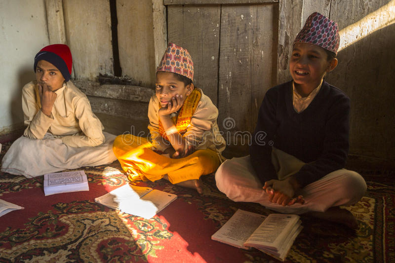 folk under läsningen av texter i sanskritiskt på den Jagadguru skolan royaltyfri foto