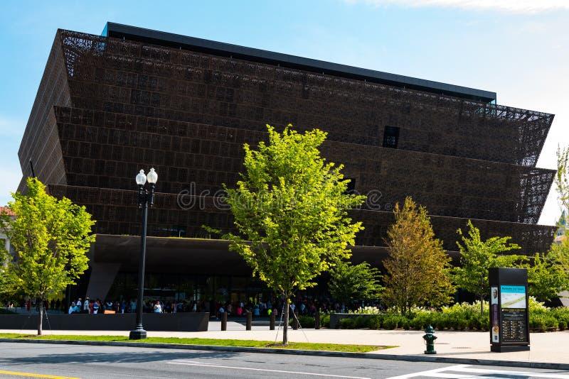 Folk uppställt utanför det nationella museet av afrikansk amerikanhistoria arkivfoton