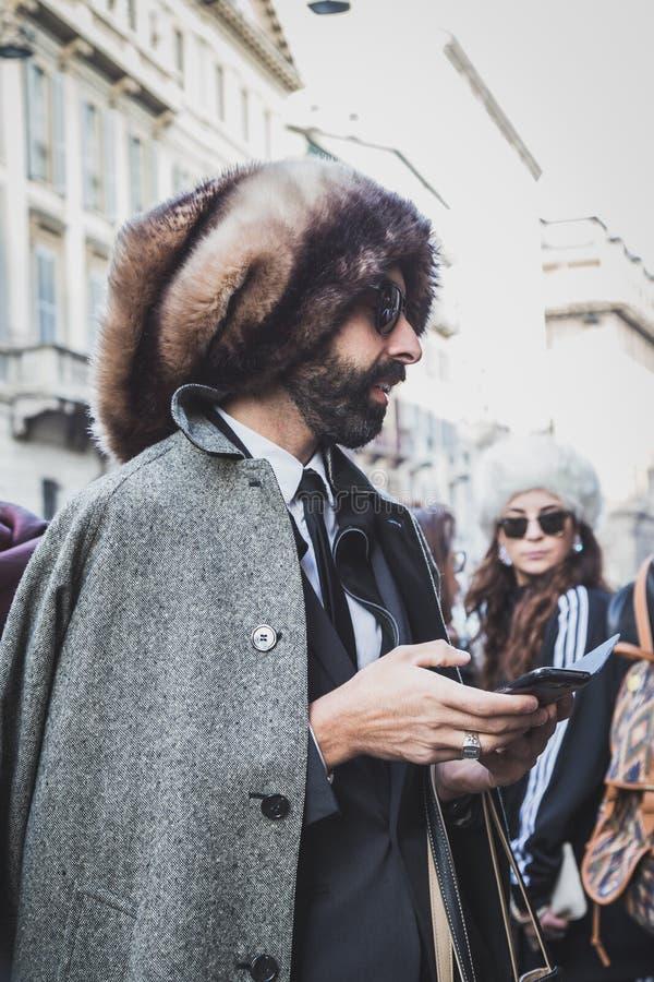 Folk utanför John Richmond modeshowbyggnad för Milans Mens modeveckan 2015 royaltyfri bild