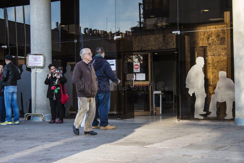 Folk utanför offentlig byggnad som ska röstas för spanska riksdagsval 2015 arkivfoto