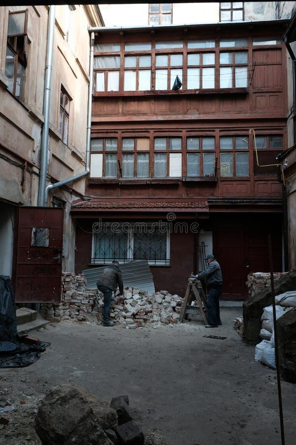 Folkarbete Gata i staden av Lviv Ukraina 03 15 19 arkivbild
