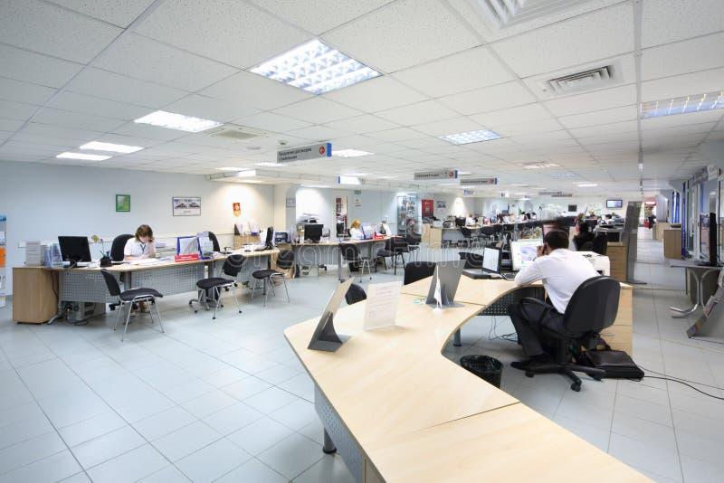 Folkarbete på datorer i återförsäljaren Avtomir royaltyfri foto