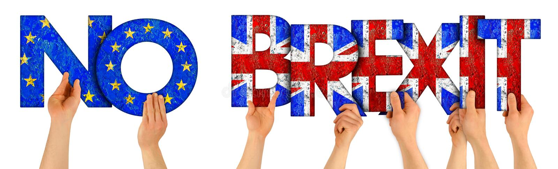 Folkarmhänder som rymmer upp träbokstavsbokstäver som bildar ord ingen brexit i UK-medborgare för facklig stålar och europeiska f royaltyfria foton