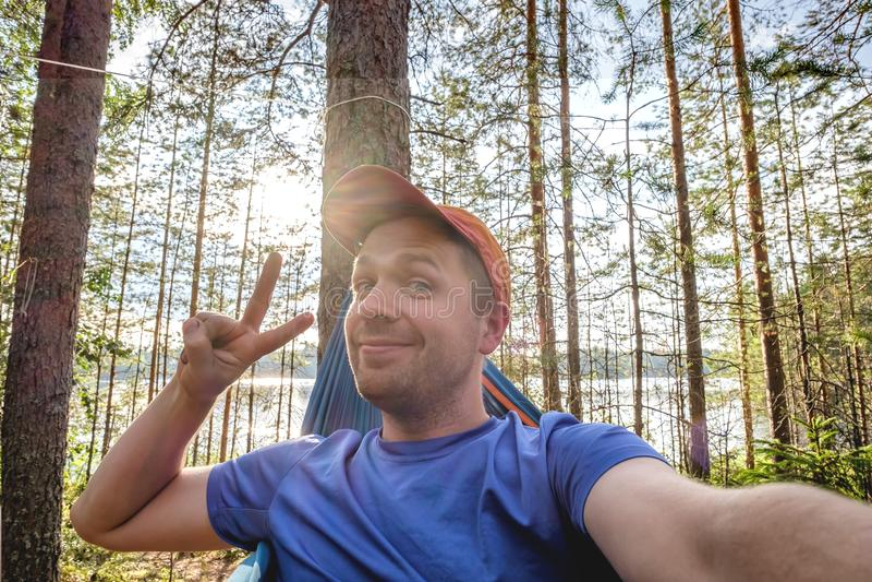 Folkavkoppling i sommarloppbegrepp selfiest?ende arkivbilder