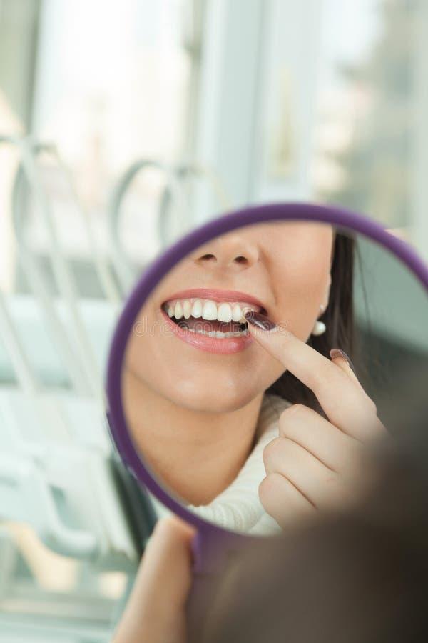 - Folkbodycare och stomatologybegrepp för sund livsstil royaltyfria foton