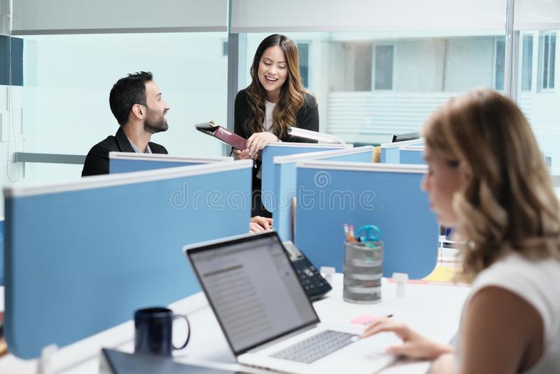 FolkCoworkers som möter och talar för affär i det Coworking kontoret royaltyfri fotografi
