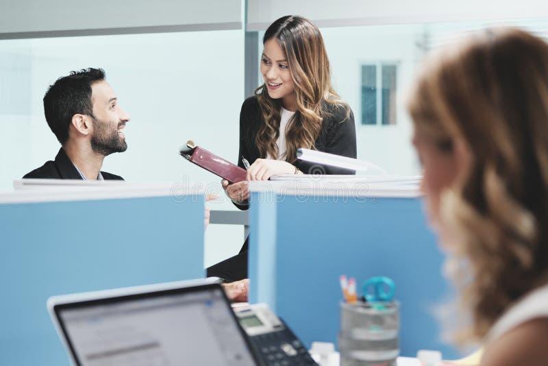 FolkCoworkers som möter och talar för affär i det Coworking kontoret royaltyfri foto