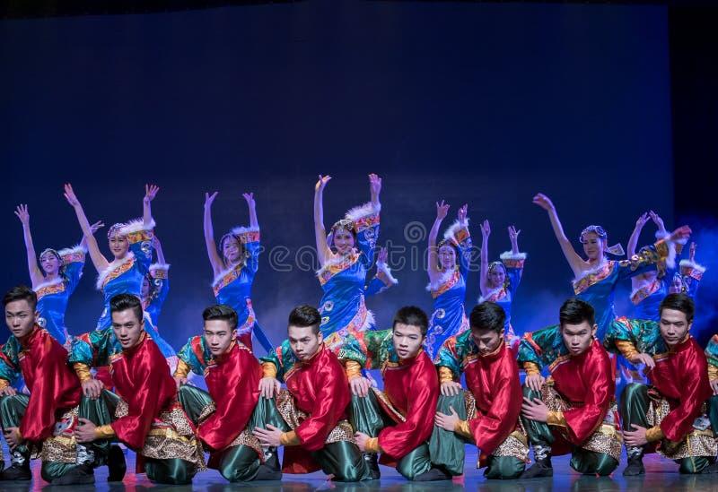 Folkdans för Kangba man-kines medborgare royaltyfri fotografi