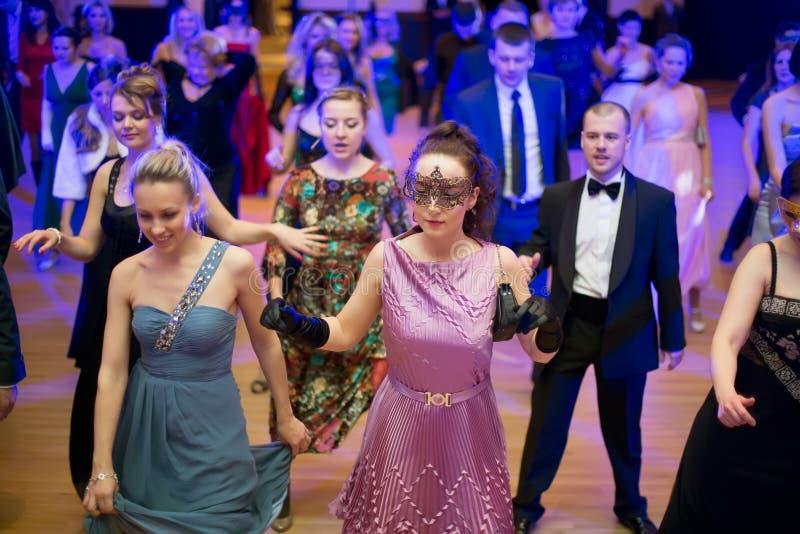 Folkdans på dräktpartiet arkivfoto