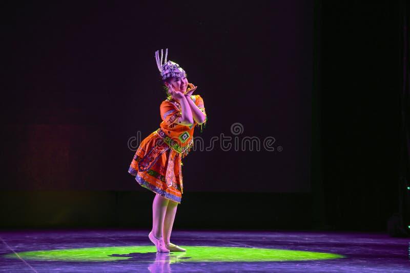 Folkdansen för medborgare för YAO nationalitetflicka- royaltyfria bilder