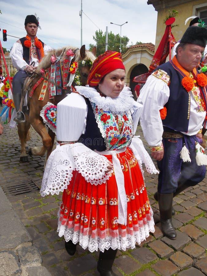 Folken kostymerar festivalen, Prague royaltyfri bild