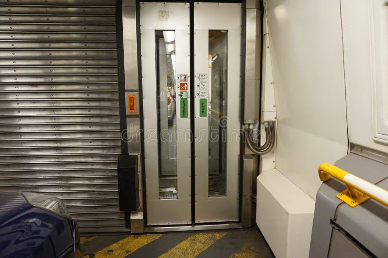 FOLKESTONE, ΑΓΓΛΙΑ, ΣΤΙΣ 7 ΜΑΐΟΥ 2016: Συνδέοντας πόρτες μεταξύ των μεταφορών στο ευρο- τραίνο σηράγγων από Coquelles, Γαλλία σε  στοκ εικόνες