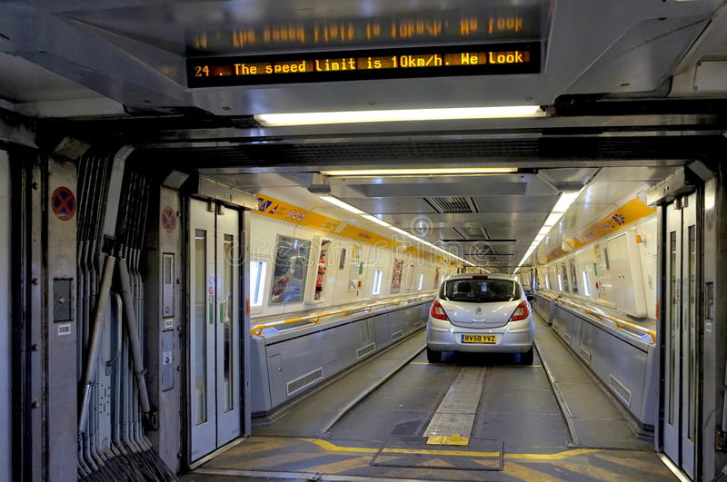 FOLKESTONE, ENGLAND, AM 7. MAI 2016: Verbindungstüren zwischen Wagen auf dem Eurotunnelzug von Coquelles, Frankreich nach Folkest lizenzfreie stockfotografie