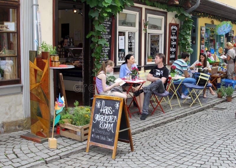 Folket är avslappnande på en terrass på den berömda köpmanbron i den gamla staden av Erfurt, Tyskland royaltyfria foton
