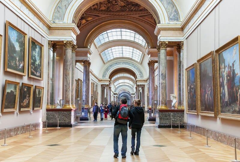 Folket är inom (besöka) Louvremuseet paris arkivfoto