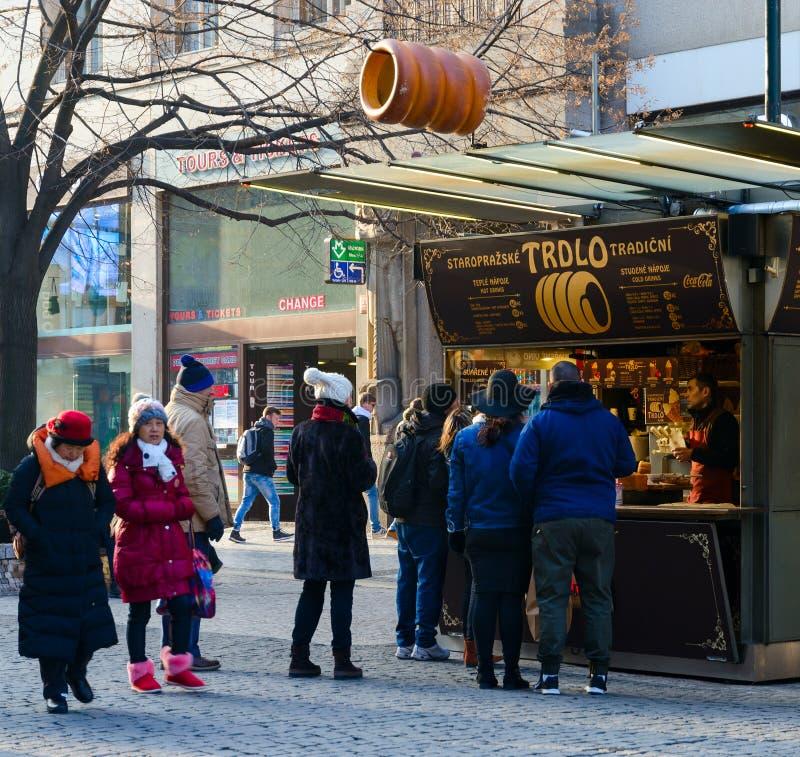Folket är nära trdelnik med traditionell tjeckisk bakelsetrdlo på gataNa Prikope i mitt av Prague, Tjeckien royaltyfria foton