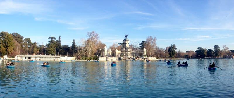 Folket är rodd på sjön i parkerar Parque del Buen Retiro i mitten av Madrid, Spanien royaltyfri bild