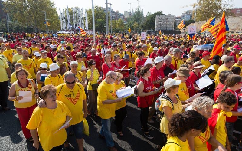 Folket är sjungande på samlar fordrande självständighet för Cataloni royaltyfri bild