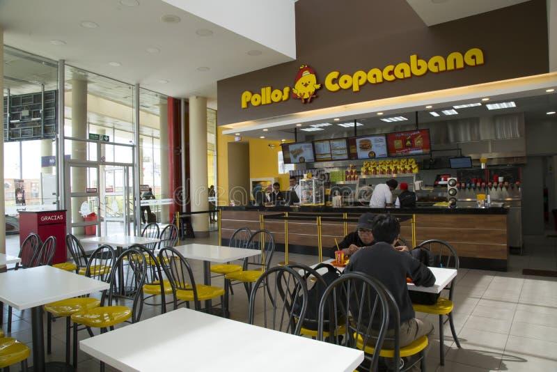Folket äter i snabbmatrestaurangen Pollos Copacabana royaltyfria foton