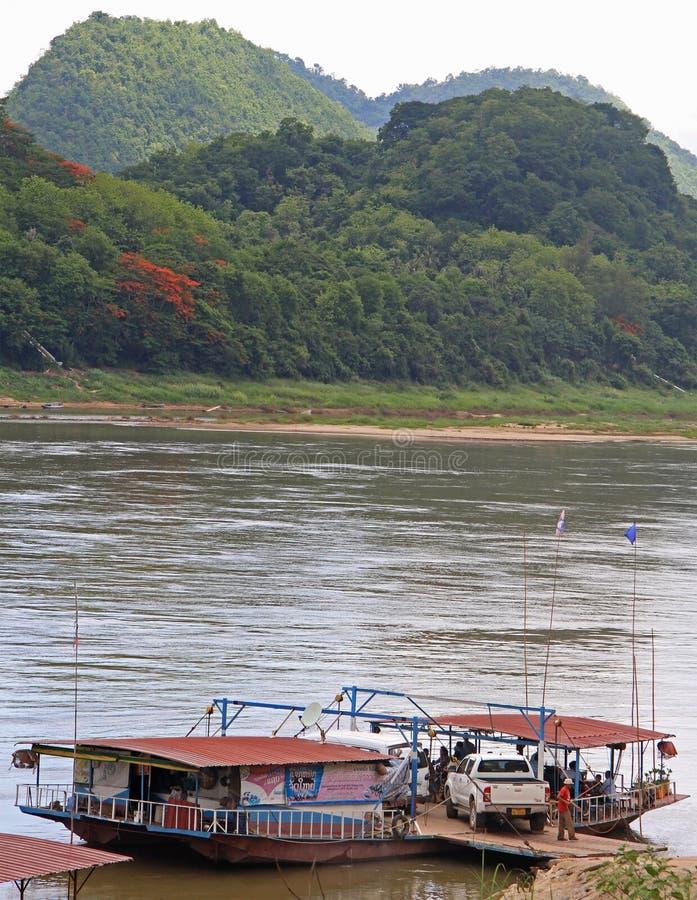 Folket använder flodkorsningen med färjan royaltyfria foton