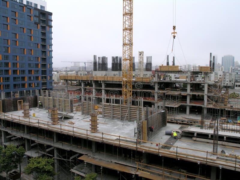 2008: Folket arbetar på höjdpunkten för platsen för höghusandelsfastighetkonstruktion upp i San Francisco fotografering för bildbyråer