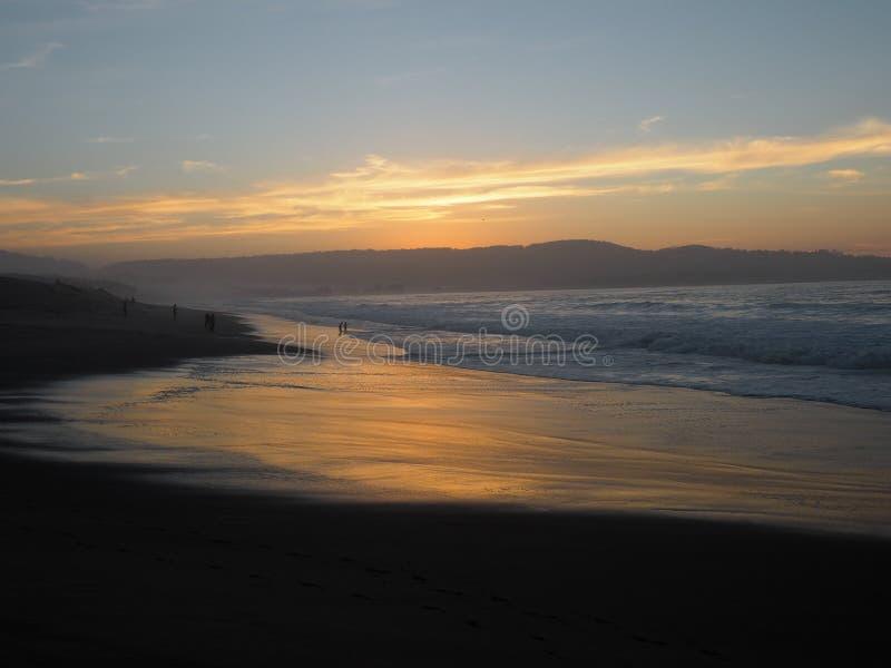 Folket att närma sig stranden på solnedgången arkivfoton