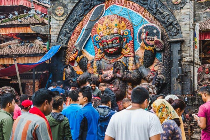 Folket av Nepal som ber med guden Kaal Bhairav i Basantapur Durbar, kvadrerar fotografering för bildbyråer