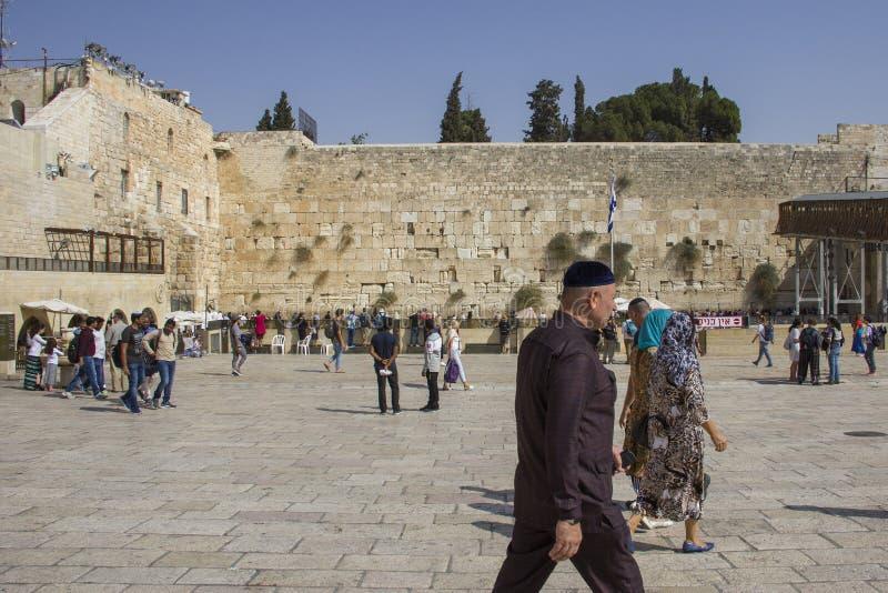 Folket ber den västra väggen, att jämra sig vägg, eller Kotel stället av att gråta är en forntida kalksten royaltyfri fotografi