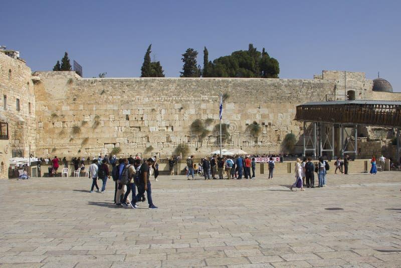 Folket ber den västra väggen, att jämra sig vägg, eller Kotel stället av att gråta är en forntida kalksten royaltyfri bild