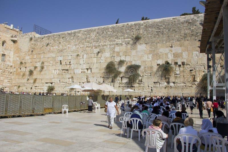 Folket ber den västra väggen, att jämra sig vägg, eller Kotel stället av att gråta är en forntida kalksten royaltyfria bilder
