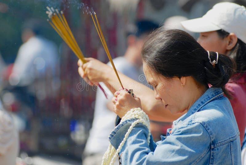 Folket ber på den buddistiska templet under kinesisk beröm för nytt år i Ho Chi Minh, Vietnam royaltyfri bild