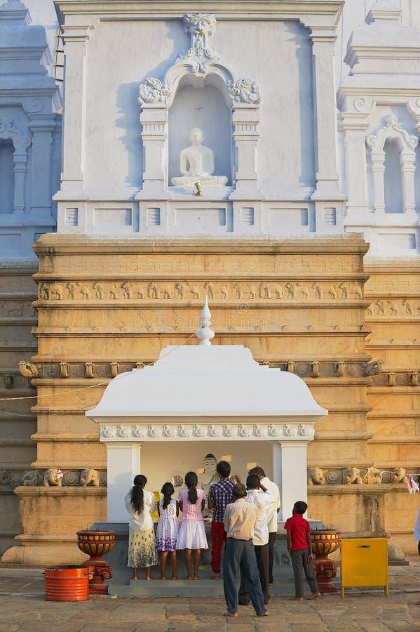 Folket ber på den Ruwanwelisaya stupaen i Anuradhapura, Sri Lanka arkivbilder