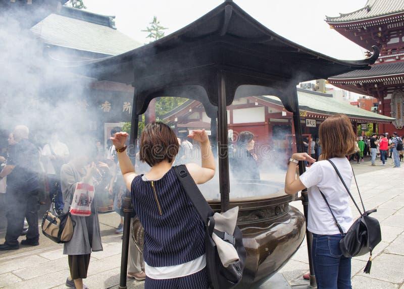 Folket ber på den Senso-ji relikskrin arkivbilder