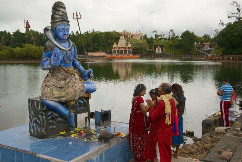 Folket ber på den Shiva statyn på Ganga Talao den storslagna Bassin hinduiska templet, Mauritius royaltyfri bild