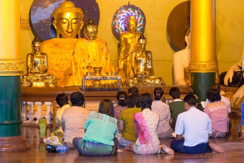 Folket ber på den Shwedagon pagoden, i Yangon, Myanmar royaltyfria foton